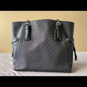 Michael Kors - Voyager East West Signature Tote